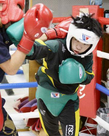 初防衛戦に向けた練習を公開した、WBOミニマム級王者の田中恒成=名古屋市
