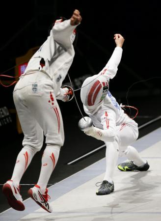 男子エペ決勝 伊藤心(左)を下し優勝した見延和靖=駒沢体育館