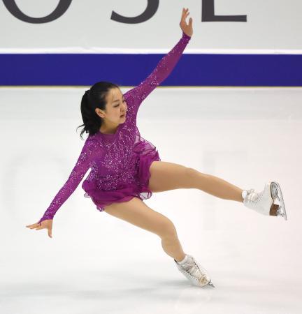 女子SPで、ジャンプの着氷でバランスを崩す浅田真央=真駒内セキスイハイムアイスアリーナ