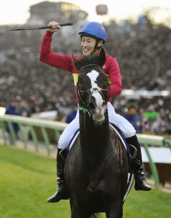 第60回有馬記念を制したゴールドアクターと吉田隼人騎手=中山競馬場