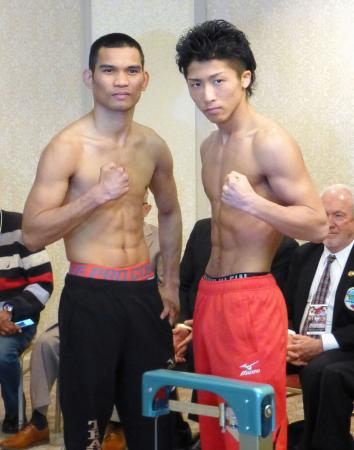WBOスーパーフライ級タイトルマッチの前日計量をパスした王者の井上尚弥(右)と挑戦者のワルリト・パレナス=28日、東京都内のホテル