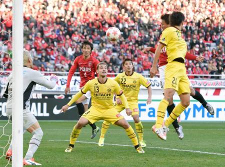 浦和―柏 延長後半、ヘディングで決勝ゴールを決める浦和・李(右奥)=味スタ