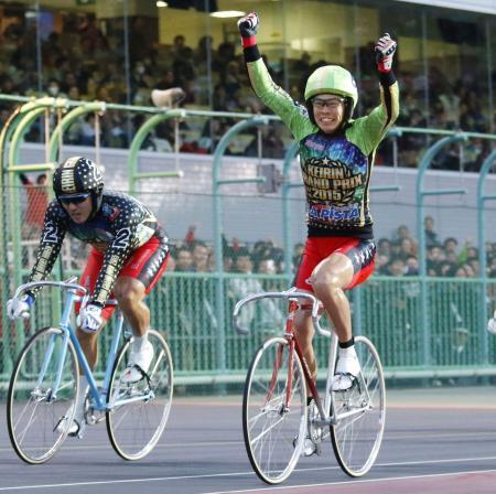 1着でゴールし、ガッツポーズする浅井康太。左は2着の新田祐大=京王閣競輪場
