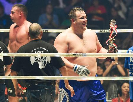 「バルト」のリングネームで総合格闘技デビュー戦に勝利し、笑顔の把瑠都。左はピーター・アーツ=さいたまスーパーアリーナ