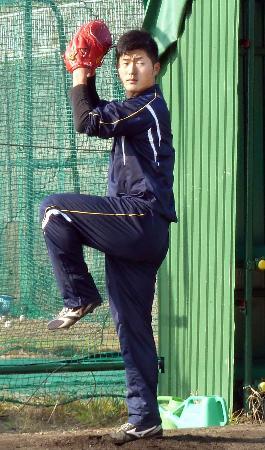 ブルペンに入り投球練習する、広島ドラフト1位の岡田=奈良県香芝市の大商大グラウンド