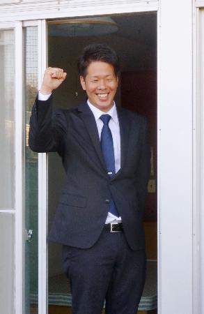 西武の球団寮に入り、笑顔を見せるドラフト1位の多和田=埼玉県所沢市