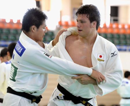 柔道日本男子の強化合宿で練習する七戸龍(右)=沖縄県豊見城市