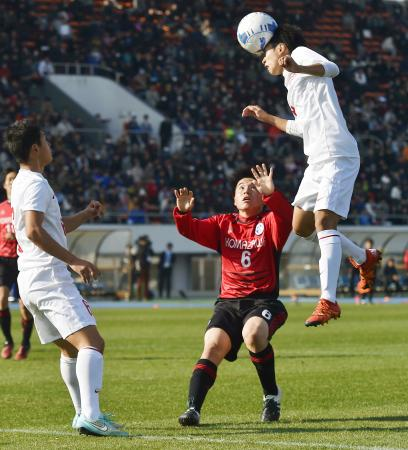 駒大高―東福岡 後半、ヘディングで決勝ゴールを決める東福岡・橋本=駒沢