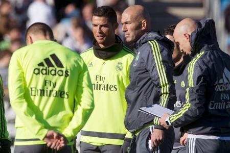 初参加した練習でロナルド(中央左)の横に立つレアル・マドリードのジダン監督(同右)=マドリード(AP=共同)