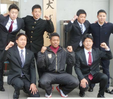 楽天の泉犬鷲寮で記念撮影するオコエ(前列中央)ら=6日、仙台市