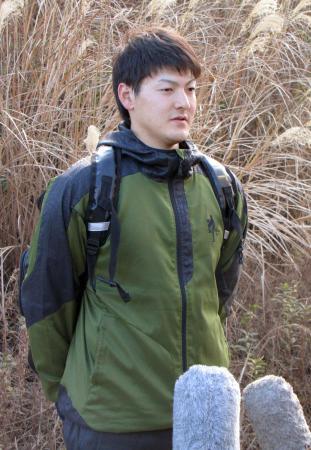 練習を公開し、取材に応じる日本ハムの有原=千葉県鎌ケ谷市