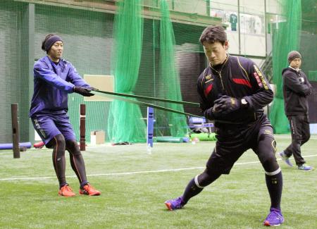 トレーニングするオリックスの平野(左)と岸田=大阪府東大阪市