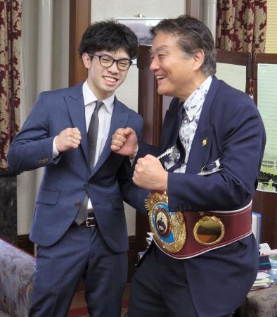 名古屋市役所に、河村たかし市長(右)を表敬訪問した田中恒成=7日