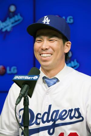ドジャースの入団記者会見で笑顔を見せる前田健太投手=7日、ロサンゼルス(共同)