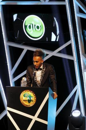 受賞スピーチをするオバメヤン=7日、ナイジェリア・アブジャ(ロイター=共同)