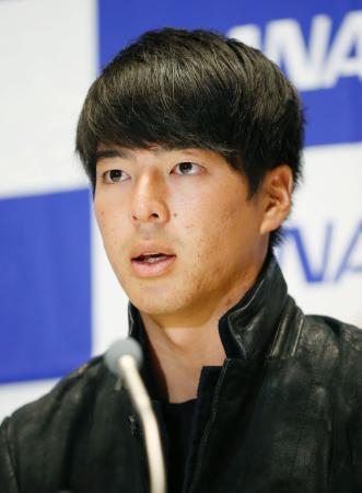 米国への出発前、記者会見で意欲を語る石川遼=8日、羽田空港
