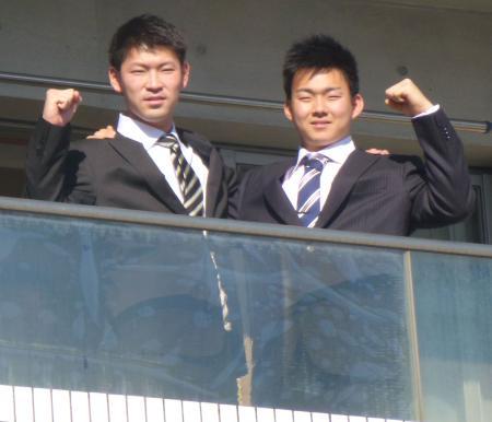 昇竜館に入寮した中日・小笠原(右)と佐藤=9日午後、名古屋市