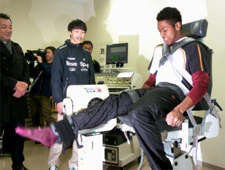 筋力のバランスを測定する、楽天のドラフト1位指名のオコエ=宮城県柴田町