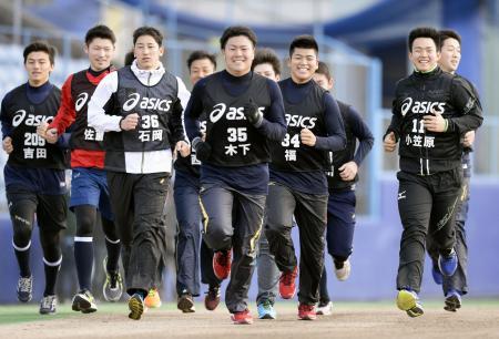 中日の合同自主トレでランニングする小笠原(11)ら新人選手=ナゴヤ球場