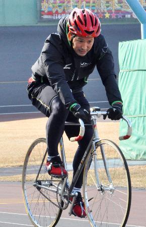 下半身強化のため、競輪に挑戦するヤクルト・山中=熊本市の熊本競輪場