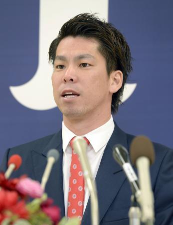 米大リーグのドジャースへの入団が決まり、記者会見する前田健太投手=11日、広島市のマツダスタジアム