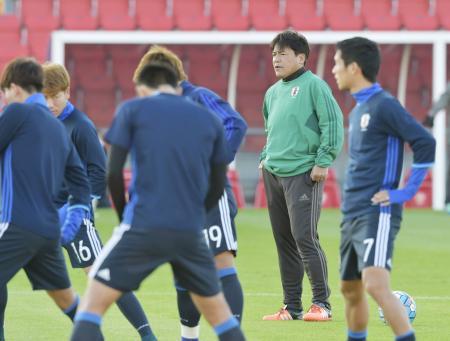 初戦の試合会場での公式練習を見守るU―23日本代表の手倉森監督(右から2人目)=ドーハ(共同)