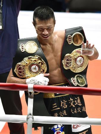 3回TKO勝ちで日本歴代単独2位の11度目の防衛に成功し、観客の声援に応える内山高志=2015年12月31日、大田区総合体育館
