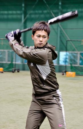 自主トレを公開した阪神の上本=甲子園球場の室内練習場