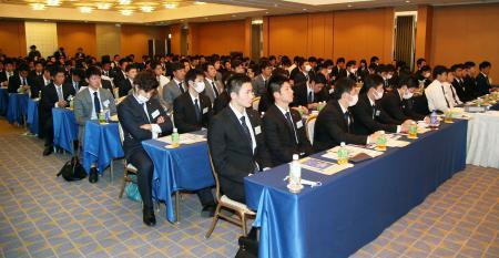 東京都内のホテルで行われたプロ野球の新人選手研修会=12日