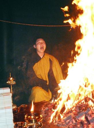 鹿児島市の最福寺で護摩行を行う広島・新井=12日午後