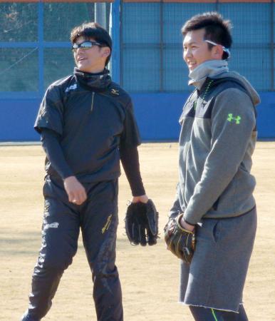 自主トレーニングの合間に笑顔を見せるDeNAの三浦(左)と山崎康=神奈川県厚木市