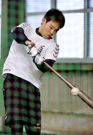 打撃練習する西武・秋山=西武第二球場