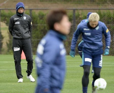 新チームが始動し、練習を見る福岡の井原監督(左)=福岡市