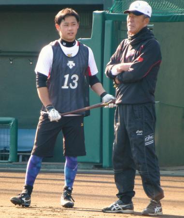打撃練習を終え、池田寮長兼打撃投手(右)と話すロッテ・平沢=ロッテ浦和球場