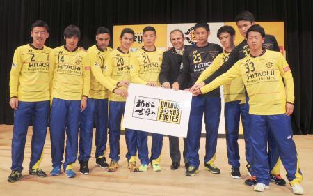 新加入選手と記念撮影するJ1柏のメンデス監督(左から6人目)=16日、千葉県柏市