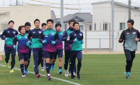 新チームが始動し、走り込むJ1鳥栖の選手ら=佐賀県鳥栖市