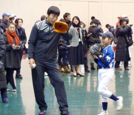 野球教室で小学生と交流する米大リーグ、レッドソックスの上原浩治投手=17日、岩手県滝沢市