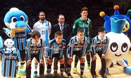 川崎の新体制発表に出席した森本(前列右から2人目)ら新加入選手たち=17日、川崎市