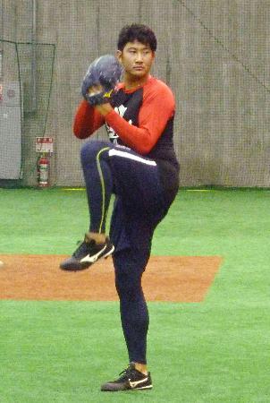 自主トレでキャッチボールする巨人・菅野=川崎市のジャイアンツ球場