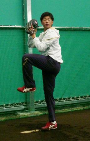 ブルペンで投球練習する広島の大瀬良=北九州市