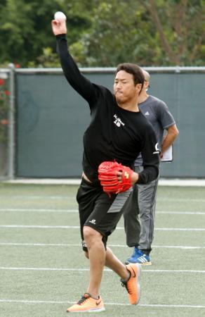 ロサンゼルス近郊で自主トレを公開、キャッチボールをする広島・黒田=18日(共同)