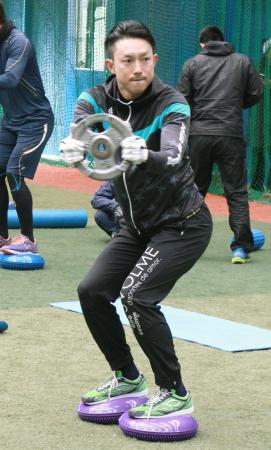 自主トレーニングで体幹を鍛える川崎宗則内野手=福岡市