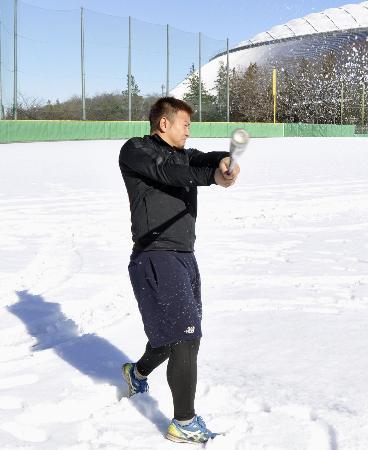 雪が積もったグラウンドでスイングする西武・森=西武第二球場