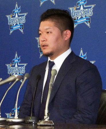 契約更改を終え、記者会見するDeNAの筒香=19日、横浜市の球団事務所