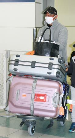 自主トレ先のグアムから帰国した松中=20日、福岡空港