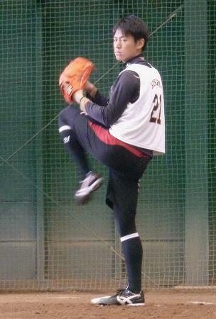 ブルペンで投球練習する巨人の桜井=17日、川崎市のジャイアンツ球場