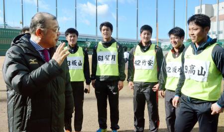 合同自主トレ中の高山(右端)ら新人選手を視察に訪れた、阪神の掛布2軍監督(左端)=鳴尾浜球場