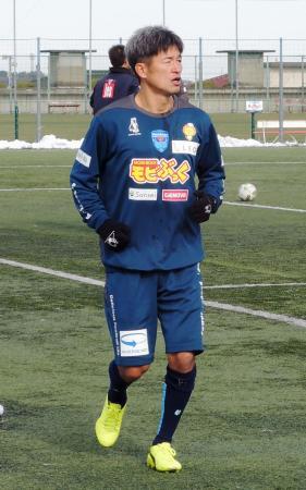 チームの全体練習に初合流したJ2横浜FCの最年長Jリーガー、三浦知良=横浜市