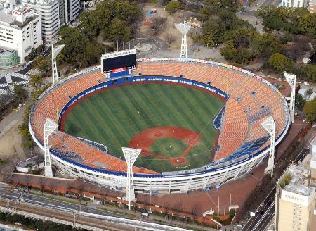 プロ野球DeNAの本拠地、横浜スタジアム=21日午後、横浜市中区(共同通信社ヘリから)