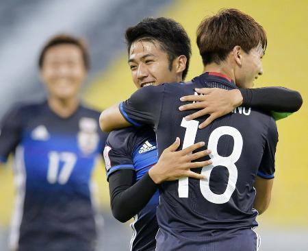 日本―サウジアラビア 前半、先制ゴールを決め南野(18)と抱き合って喜ぶ大島=ドーハ(共同)
